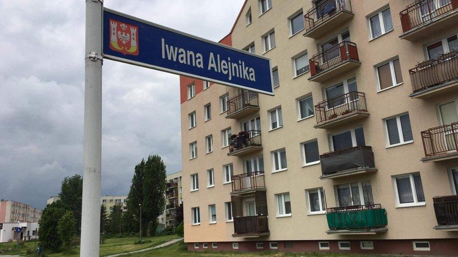 Tablica z ul. Alejnika na swoim miejscu (aktualizacja)