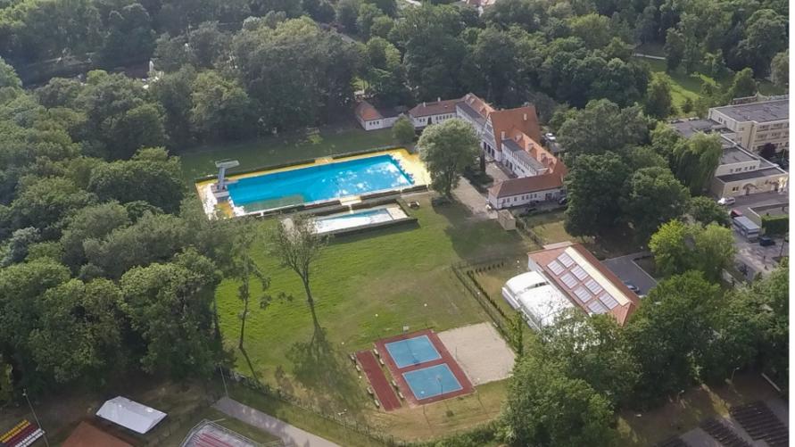 Na zdjęciu przedstawiony jest odkryty basen w Inowrocławiu z lotu ptaka.