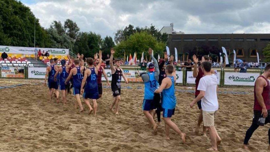 Na zdjęciu witają się zawodnicy drużyn plażowej piłki ręcznej