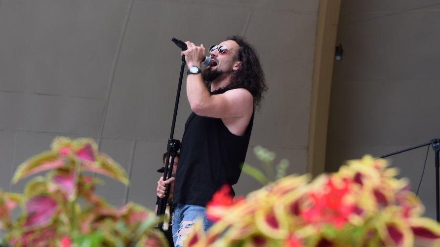 Na zdjęciu wokalista zespołu Perfekcyjne Przeboje podczas koncertu w muszli koncertowej.