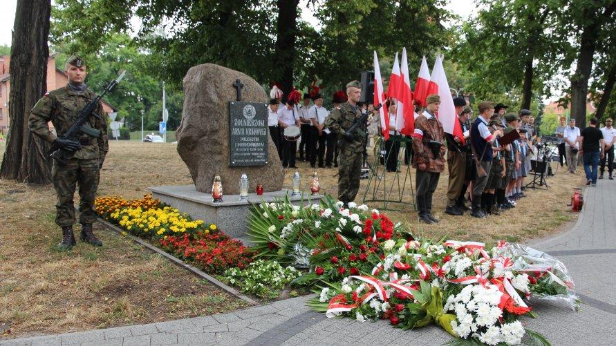 Na zdjęciu widoczny obelisk poświęcony Żołnierzom Armii Krajowej oraz uczestnicy uroczystości upamiętniającej wybuch Powstania Warszawskiego.