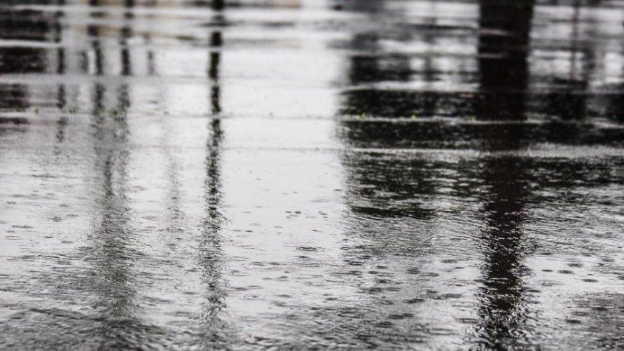 Krople deszczu na zbiorniku wodnym.
