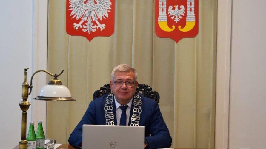 Przewodniczący Rady Miejskiej Inowrocławia prowadzący sesję zdalną.